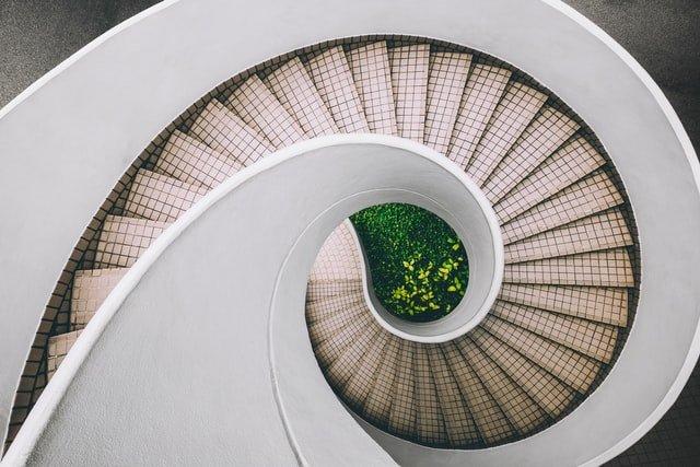 spiraltrappor som symboliserar stegen till bra informationshantering